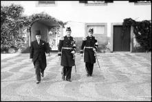 Cônsul francês, Fernando Henrique Cunha, vice-almirante Laborde e o seu ajudante, no pátio do palácio de São Lourenço, a dirigirem-se para cumprimentar o governador civil do Funchal, Freguesia da Sé, Concelho do Funchal