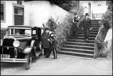 Cônsul francês, Fernando Henrique Cunha, vice-almirante Laborde e o seu ajudante, a saírem do palácio de São Lourenço, após a apresentação de cumprimentos, Freguesia da Sé, Concelho do Funchal