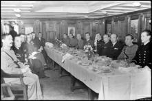 """Participantes no lanche oferecido pelo comandante J. Konkola, a bordo do navio-escola """"Suomen Joutsen"""", Freguesia da Sé, Concelho do Funchal"""