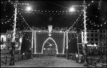 Arco triunfal colocado na entrada do cais do Funchal, iluminado, durante a visita do presidente da República general Francisco Craveiro Lopes, Freguesia da Sé, Concelho do Funchal