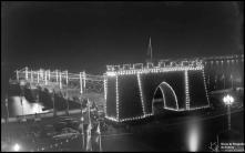 Arco triunfal e cais do Funchal, iluminados, durante a visita do presidente da República general Francisco Craveiro Lopes, Freguesia da Sé, Concelho do Funchal