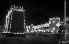 Arco triunfal e palácio de São Lourenço, iluminados, durante a visita do presidente da República general Francisco Craveiro Lopes, Freguesia da Sé, Concelho do Funchal
