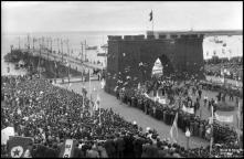 Presidente da República, general Francisco Craveiro Lopes, na avenida do Mar, depois de passar pelo arco de triunfo, Freguesia da Sé, Concelho do Funchal