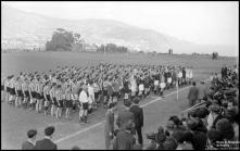 Equipas de futebol participantes no festival desportivo de encerramento das comemorações das bodas de prata da Associação de Futebol do Funchal (atual Associação de Futebol da Madeira), a cumprimentar o governador civil do Funchal, no campo dos Barreiros (atual Estádio do Marítimo), durante as Freguesia de São Martinho, Concelho do Funchal