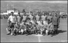 Equipa do Clube Sport Marítimo, no campo dos Barreiros (atual Estádio do Marítimo), durante as comemorações das bodas de prata da Associação de Futebol do Funchal (atual Associação de Futebol da Madeira), Freguesia de São Martinho, Concelho do Funchal