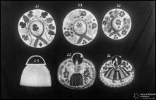 Três chapéus de palhinha com motivos florais aplicados, uma bolsa de palhinha e duas bolsas de tecido com motivos regionais