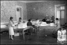 Sala de acabamentos, de estabelecimento de bordados não identificado, na Ilha da Madeira