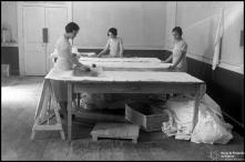 Sala de estampagem de estabelecimento de bordados não identificado, na Ilha da Madeira
