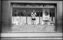 """Montra do estabelecimento """"Bazar do Povo"""", com produtos La Toja, Freguesia da Sé, Concelho do Funchal"""