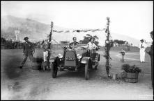 Automóvel a participar numa prova da gincana realizada no campo dos Barreiros (atual estádio do Marítimo) a favor da Escola de Artes e Ofícios, Freguesia de São Martinho, Concelho do Funchal