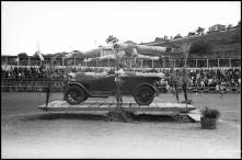 Automóvel participante na gincana realizada no campo dos Barreiros (atual estádio do Marítimo) a favor da Escola de Artes e Ofícios, Freguesia de São Martinho, Concelho do Funchal