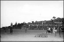 Prova da gincana realizada no campo dos Barreiros (atual estádio do Marítimo) a favor da Escola de Artes e Ofícios, Freguesia de São Martinho, Concelho do Funchal