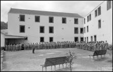 Prisioneiros no pátio da cadeia do Funchal, na rua Arcebispo Dom Aires, Freguesia de Santa Luzia (atual Freguesia do Imaculado Coração de Maria), Concelho do Funchal