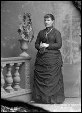 Retrato de Augusta J. Fernandes (corpo inteiro)