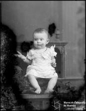 Retrato de uma menina, filha de Abreu Henriques (corpo inteiro)