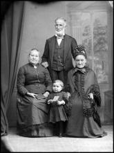 Retrato de João Fernandes acompanhado de duas mulheres e uma criança (corpo inteiro)