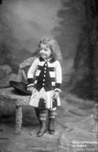Retrato de um menino, filho de Manuel Gomes (corpo inteiro)