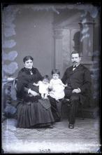 Retrato de Manuel Figueira César acompanhado de uma mulher e duas crianças (corpo inteiro)