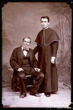 Retrato do seminarista Carlos de Freitas acompanhado de um homem (corpo inteiro)
