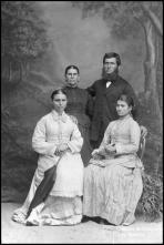 Retrato de um homem acompanhado de três mulheres (corpo inteiro)