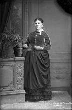 Retrato de Ana Augusta (corpo inteiro)