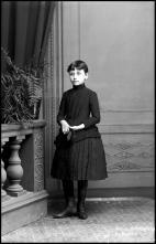 Retrato de uma menina, filha de António Maria Passos Almeida (corpo inteiro)