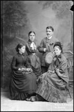 Retrato de José Fernandes acompanhado de três mulheres (corpo inteiro)