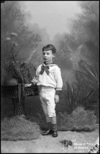 Retrato de um menino, filho de Juliana Nunes (corpo inteiro)