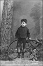 Retrato do menino João de Oliveira (corpo inteiro)