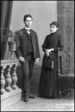 Retrato de António de Barros acompanhado de uma mulher (corpo inteiro)