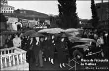 Cortejo fúnebre de Wanda [Vanda] Nabuco de Gouveia, esposa do Dr. Paulo Nabuco de Gouveia, à chegada do cemitério de Nossa Senhora das Angustias, Freguesia de São Martinho, Concelho do Funchal