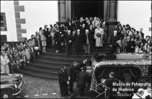 Cortejo fúnebre de Wanda [Vanda] Nabuco de Gouveia, esposa do Dr. Paulo Nabuco de Gouveia, à saída da igreja de São Pedro, Freguesia de São Pedro, Concelho do Funchal