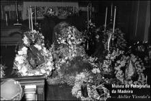 Coroas de flores junto à urna de Wanda [Vanda] Nabuco de Gouveia, esposa do Dr. Paulo Nabuco de Gouveia, na igreja de São Pedro, Freguesia de São Pedro, Concelho do Funchal