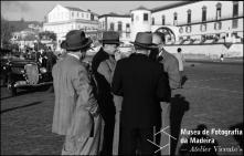 Escritor Gilberto Freyre conversando com o grupo de homens que foram cumprimentá-lo à sua chegada ao cais da cidade, Freguesia da Sé, Concelho do Funchal