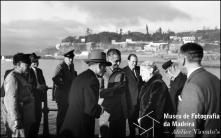 Escritor Gilberto Freyre com um grupo de pessoas no cais da cidade, Freguesia da Sé, Concelho do Funchal